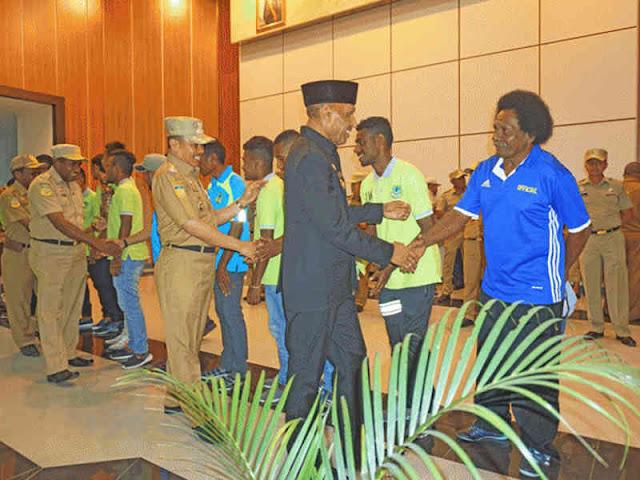 Juara Momase Cup 2018. Tunas Muda Hamadi Berikan Piala ke Benhur Tomi Mano