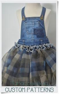 falda con peto y bordes de costura por fuera
