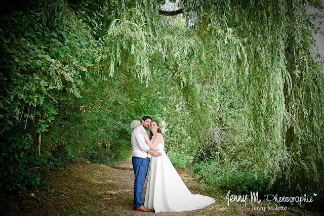 photo de couple mariés, portrait mariage, vallée de l'yon, piquet, saule pleureur