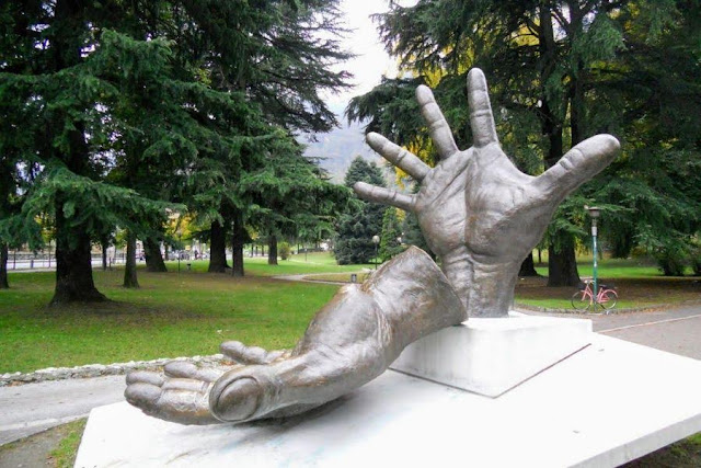 2 days in Milan: hands sculpture in the park