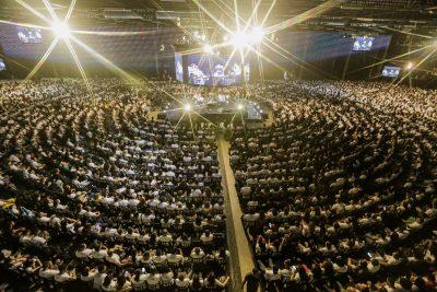Milhares de jovens trocam folia por orações