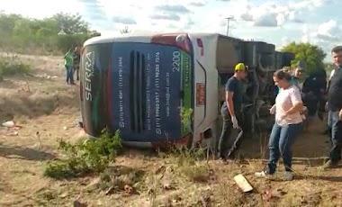 Ônibus que saiu de SP para Pernambuco tomba e deixa quatro mortos e vários feridos na BR 116 na BA