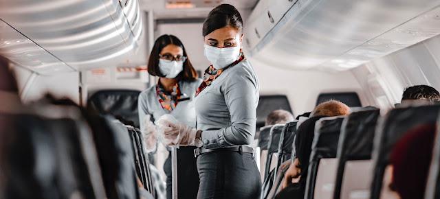 Pasajeras en un avión durante la pandemia de COVID-19.Unsplash/Ismail Mohamed - SoviLe