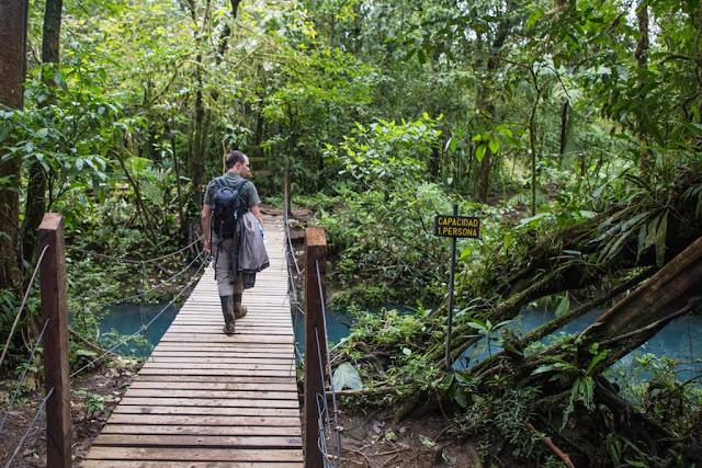 Cruzando el río Celeste en el parque nacional Volcán Tenorio, Costa Rica