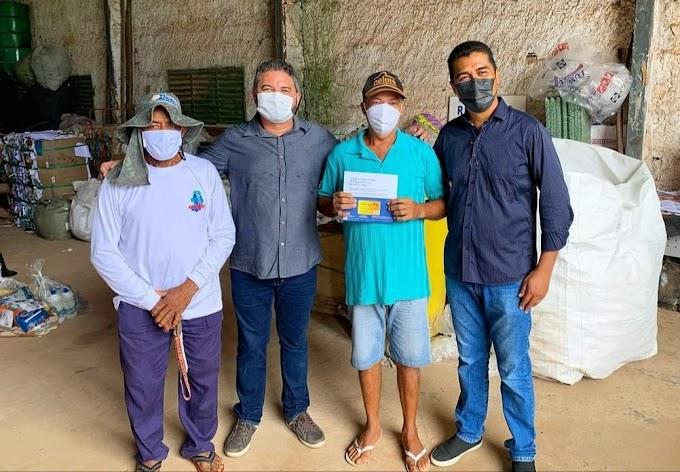 Governo do MA entrega cartões de auxílio emergencial para catadores de resíduos sólidos