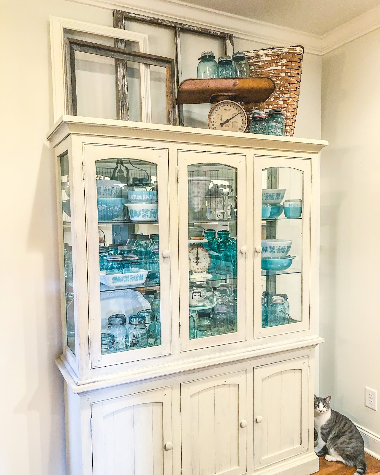 antique stores, antiquing, farmhouse decor, farmhouse, longaberger, longaberger baskets, old quilts, how to style, how to, wood shelving, home decor, farmhouse kitchen, country kitchen, country chic, mason jars, aqua mason jars, pyrex, pyrex collection, basket collection, baskets,