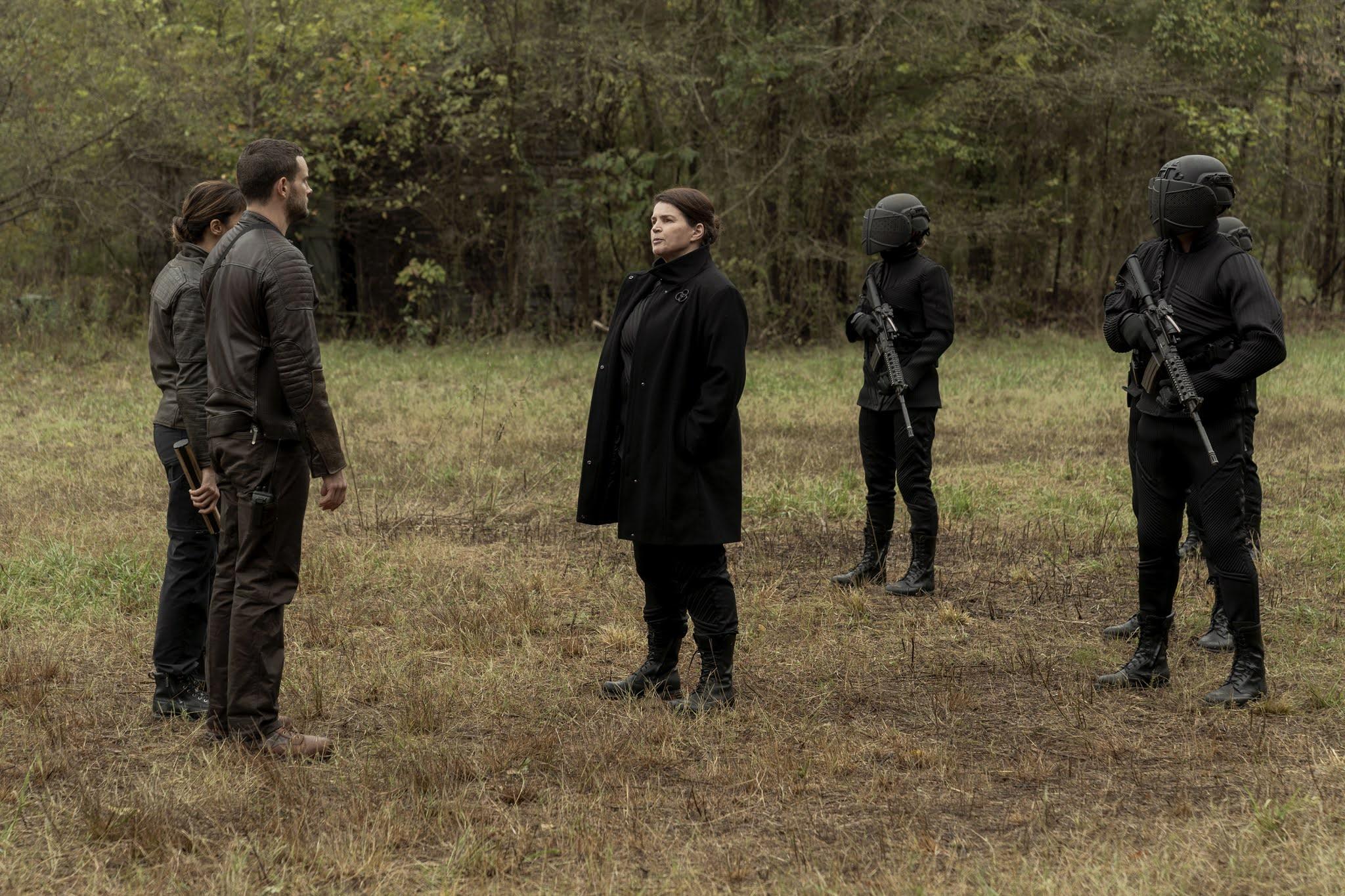 Elizabeth y una comitiva de Civic Republic Military saludan a Felix y Huck en The Walking Dead World Beyond