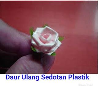 Buatlah Daun Bunga Mawar Menggunakan Sedotan Berwarna Hijau