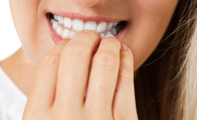 Roer unhas é mais que um hábito ruim, pois muitas vezes acaba se tornando um vício. Hoje a nossa colaboradora a  Thais dá dicas de como acabar com o hábito de roer unhas.
