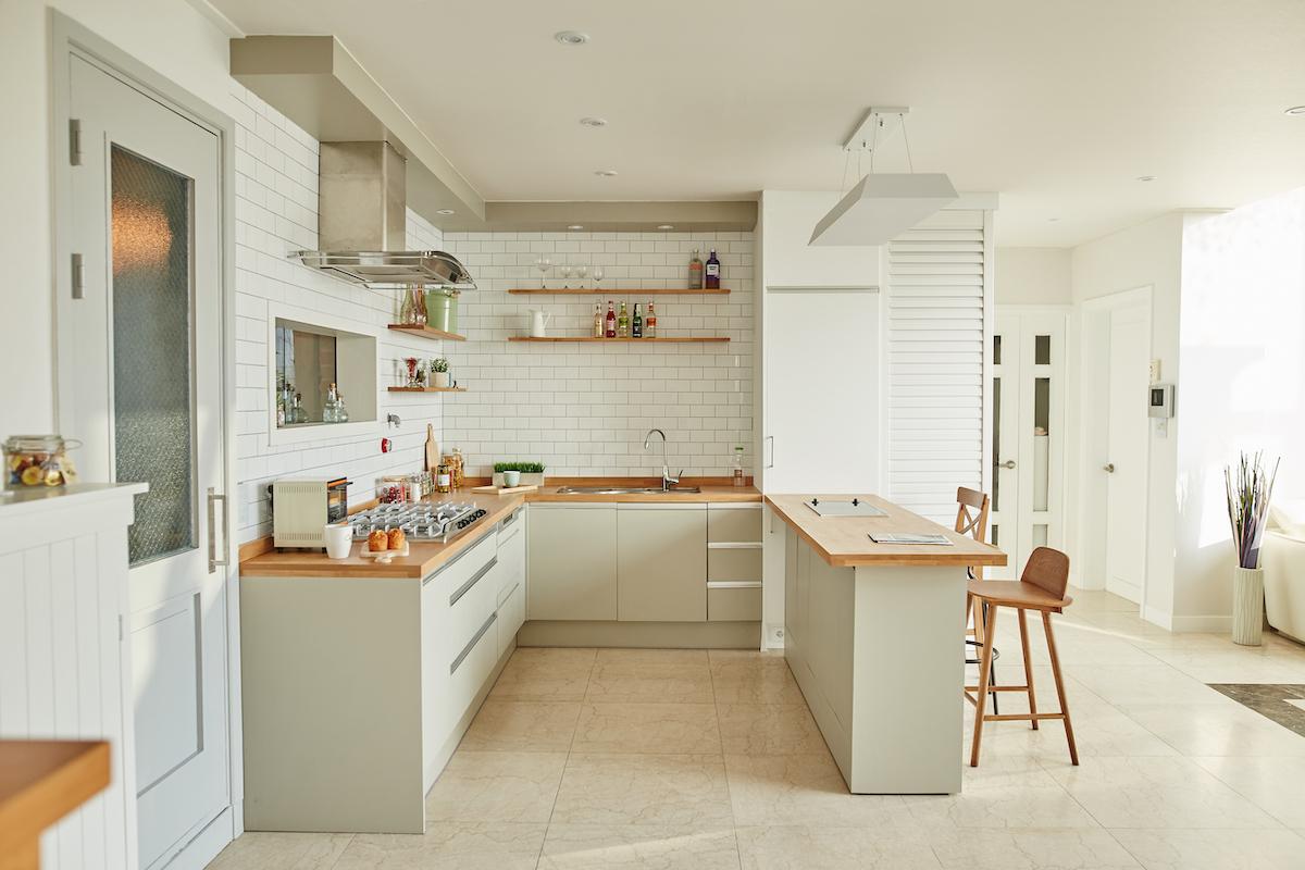 cocina office abierta a un salón pintado de blanco