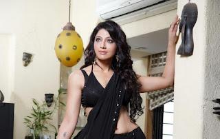 Aackruti-Nagpal-black-saree-navel