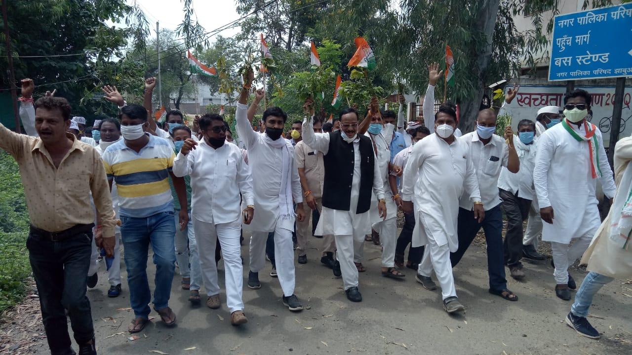 Jhabua News- जिले के पीड़ित  किसानों की समस्याओं को लेकर राज्यपाल के नाम रैली प्रदर्शन कर कलेक्टर को सौंपा ज्ञापन
