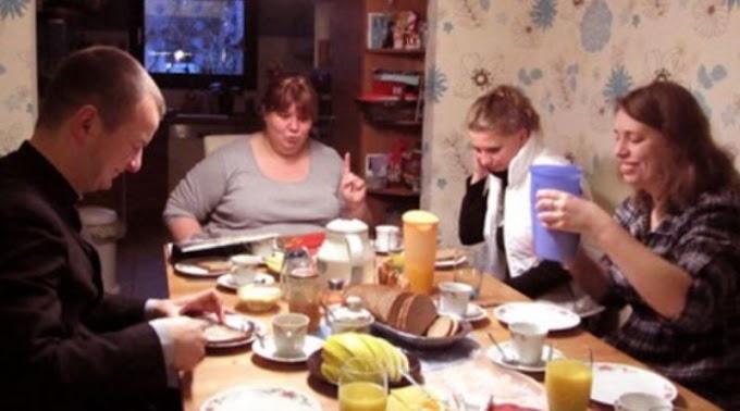 За столом син сказав матері, що вона зварила несмачний борщ. Відповідь мами вразила навiть чолoвіка