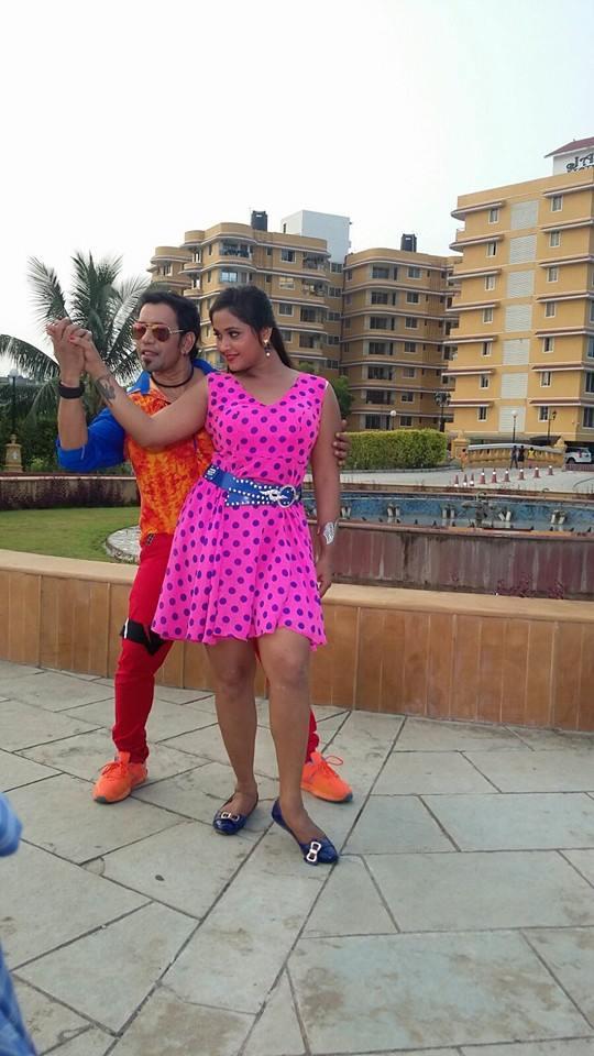 Dinesh Lal Yadav 'Nirahua' Romance With Kajal Raghwani