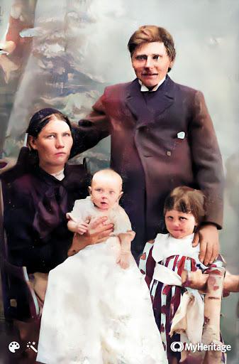 Sæbjörg Jónasdóttir (1871-1946) og Björn Sigurðsson (1864-1900) ásamt börnum sínum: Haraldi (1896-1908) og S. Ingibjörgu (1893-1968).