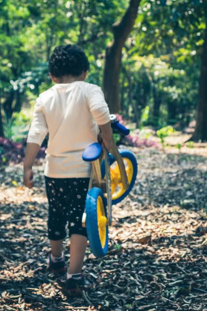Menino andando de bicicleta no parque