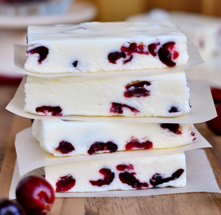WHITE CHOCOLATE CRANBERRY FUDGE #cranberry #chocolate #desserts #easy #recipes