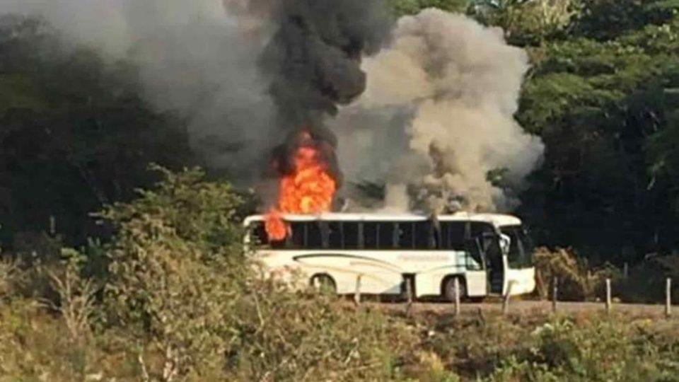 Sicarios del CJNG queman camión y balean casas en Coalcomán, Michoacán