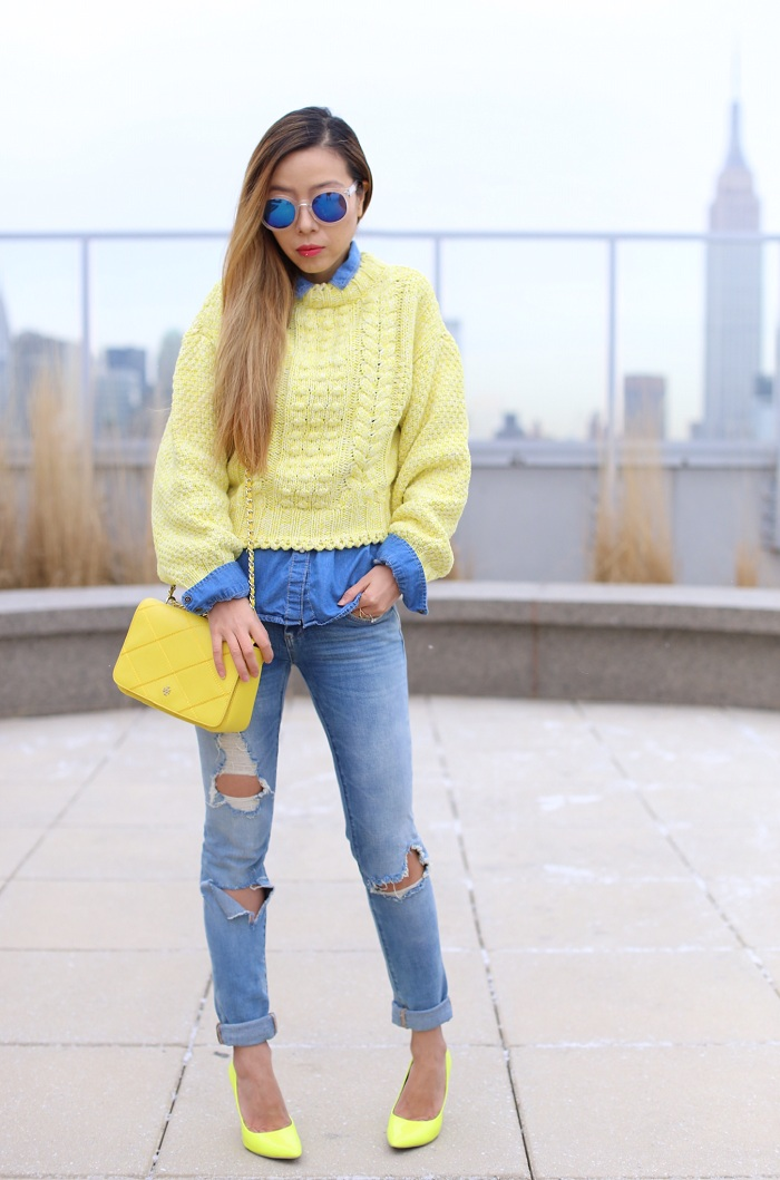 HM yellow melange knit sweater, blank denim ripped jeans, yellow neon pumps, tory burch robinson crossbody bag, blue sunglasses, denim on denim, chambray shirt, nyfw street style, nyfw, how to, color contrasting outfit