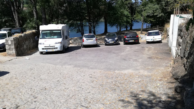 Parque de estacionamento á entrada da praia