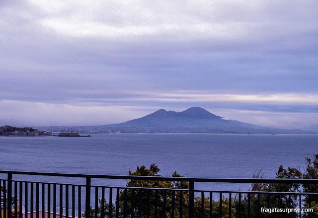 Vista para o vulcão Vesúvio e a Baía de Nápoles