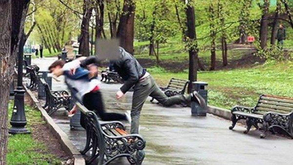 Clip thiếu gia 16 tuổi dùng tiền bắt gái khỏa thân, uống nước tiểu, liếm gót giày mình gây bão giữa phố đông