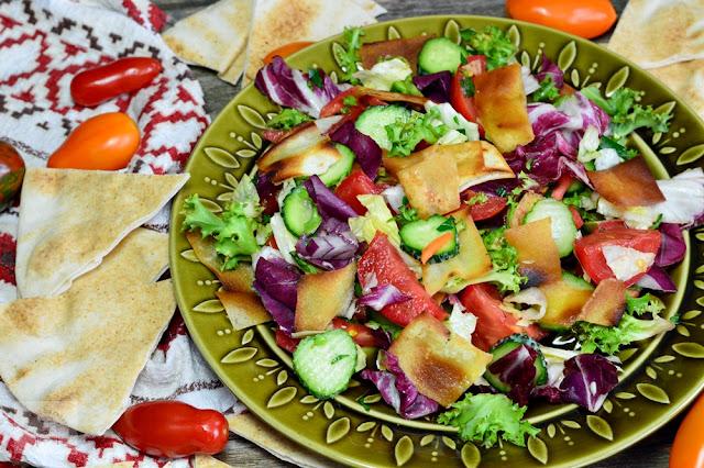 http://www.caietulcuretete.com/2017/11/salata-fattoush.html