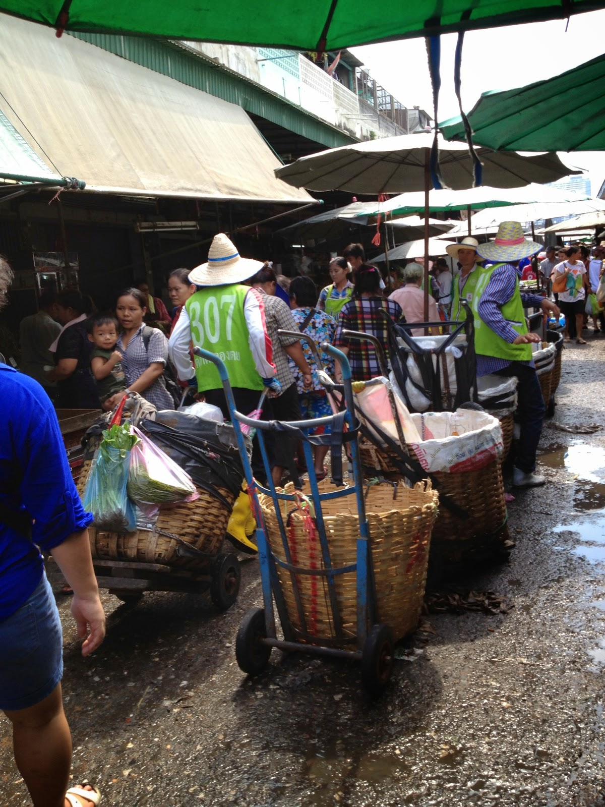 Bangkok - Wet market - Porters set up their baskets in the center of the market