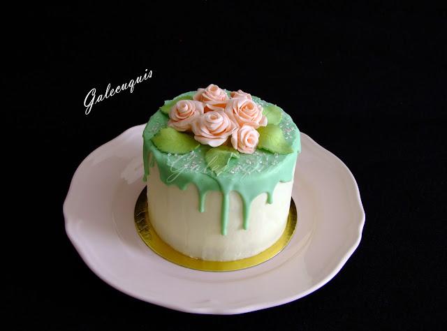 drip cake con rosas modeladas