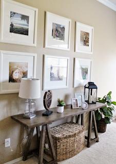 Hiasan dinding ruang tamu minimalis dari bingkai foto