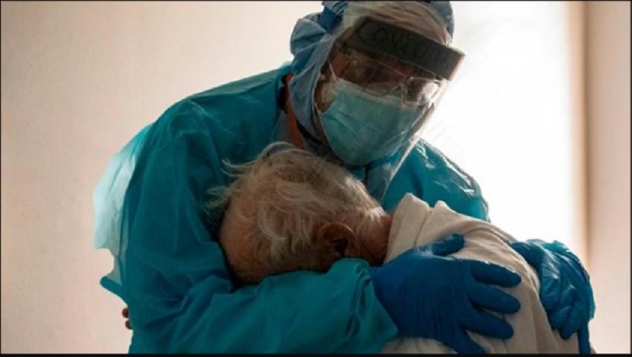 Joseph Varon, doctor de Texas, abraza a un anciano en la Unidad de Cuidados Intensivos que el Día de Acción de Gracias lloraba por querer estar con su esposa / VOA