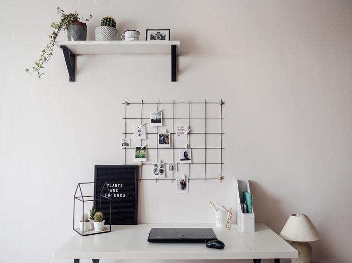 biały pokój, stół. metalowa krata