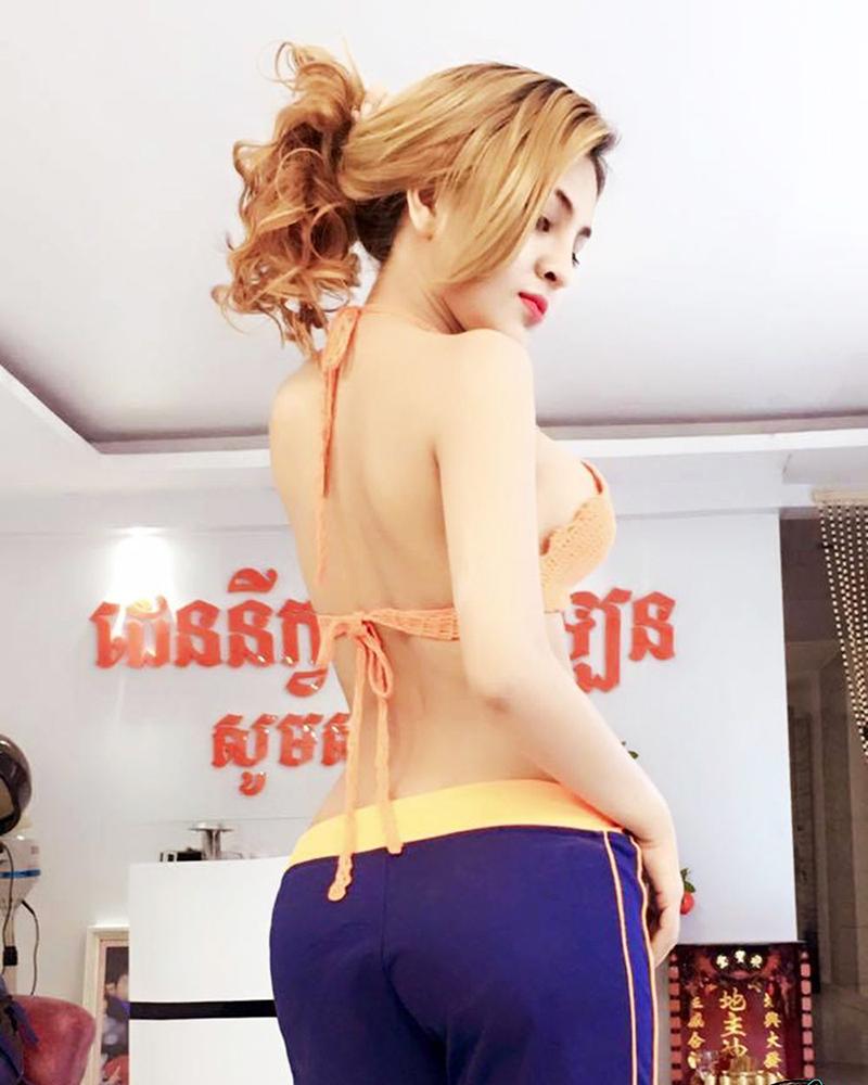 Deny Kwan back pose seksi