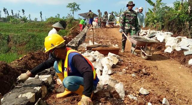 KARANGANYAR -  Bersama Warga Tentara Terus Kebut Sejumlah Sasaran Fisik TMMD Jatiwarno