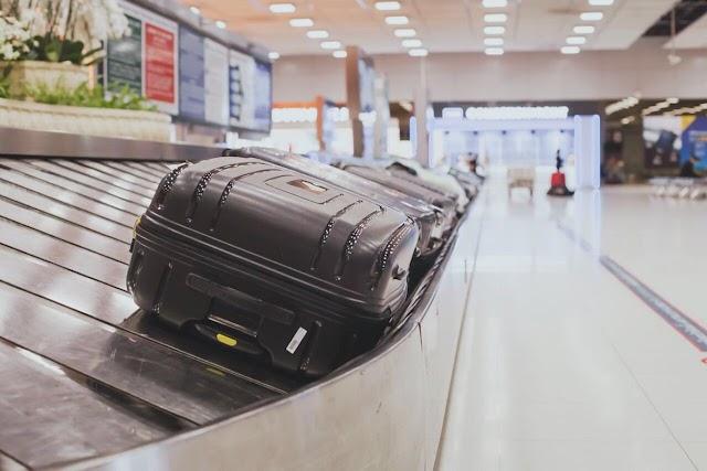 مطارات عُمان تبدأ تطبيق رسوم على بعض الأمتعة المناولة يدويا