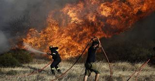Φωτιά στα Μέγαρα - Οι φλόγες απειλούν σπίτια