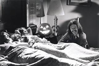 Carpenter bromenado durante la filmación de una escena de Halloween