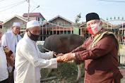 Usai Laksanakan sholat idul Adha di masjid agung AL- Istiqomah,Bupati langsung Serahkan hewan qurban k panitia