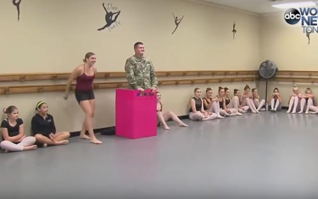 Soldado sorprende a su hijita pequeña, corre y grita 'papi'