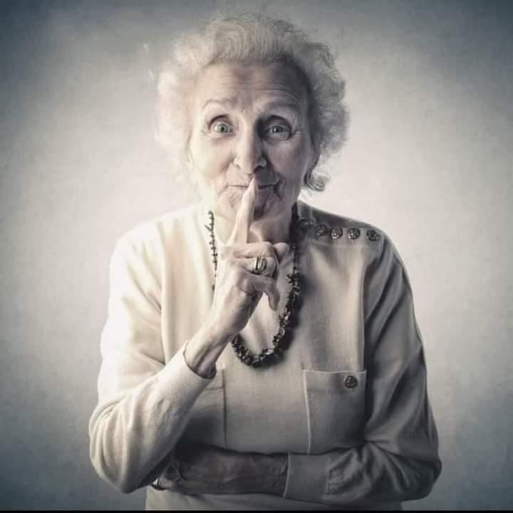سيدة عجوز ترفع سيارة بمفردها لتنقذ. ذراع حفيدها