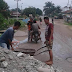 Warga Gelar Swadaya Perbaiki Jalan Rusak Lintas Propinsi