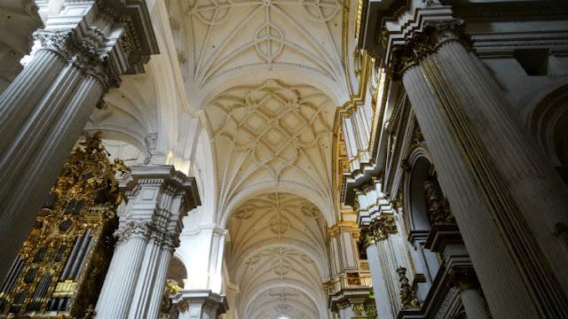 La policía desaloja a los fieles que acudieron a misa del Viernes Santo en la Catedral de Granada