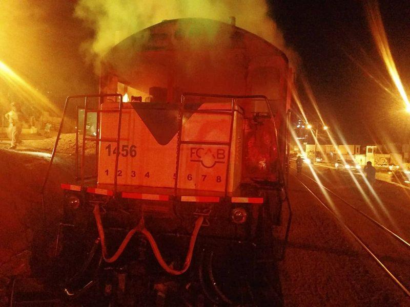 El tren fue emboscado e incendiado