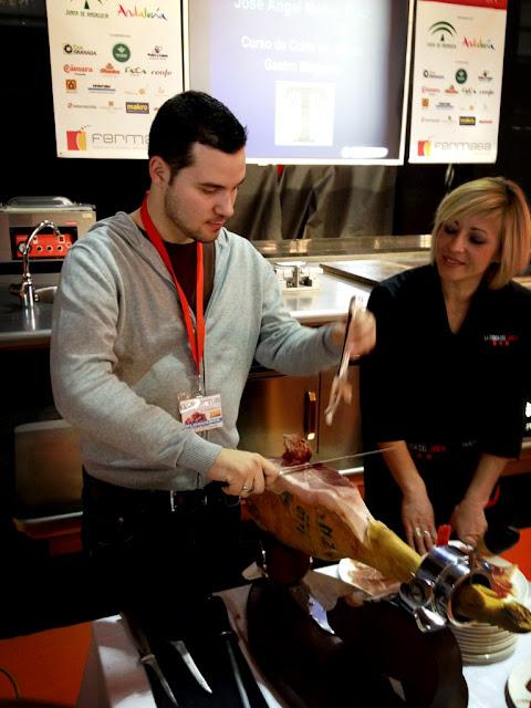 Chef Orielo cortando jamón Gastrotur