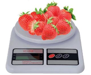 Gambar 3.12 Menimbang buah strawberry www.simplenews.me