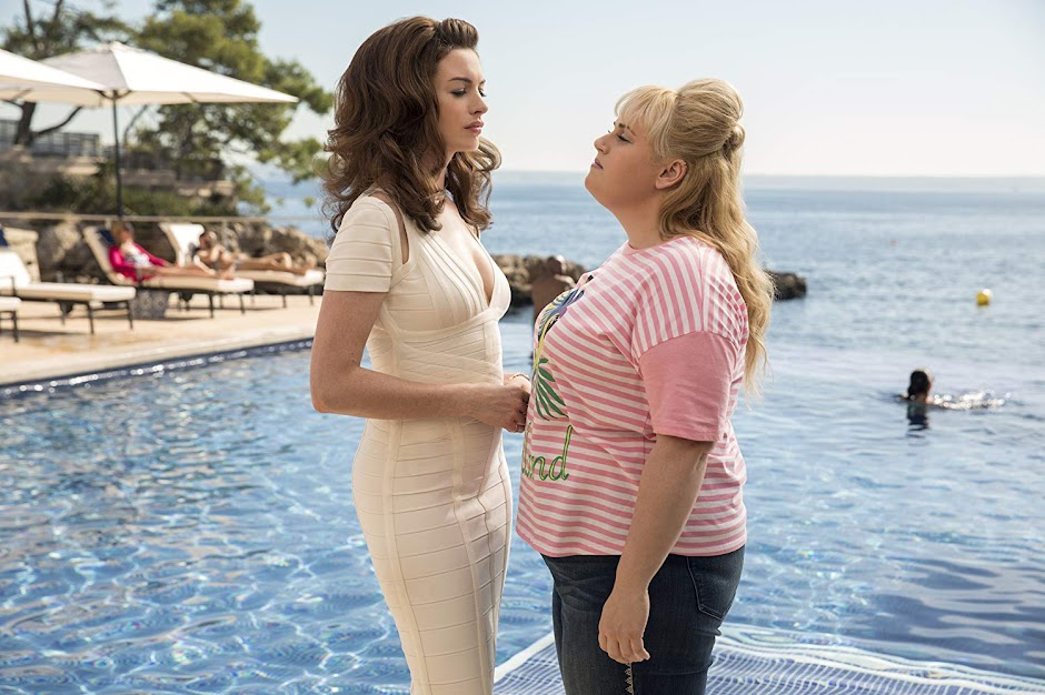 "Anne Hathaway e Rebel Wilson no trailer da comédia ""As Trapaceiras """
