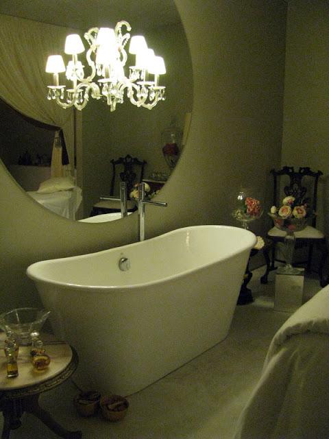 banheira em quarto de hotel