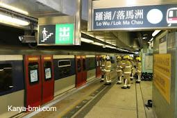 Kereta MTR mengeluarkan asap ketika melaju ke Stasiun Tai Wai