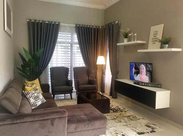 Desain ruangan tengah rumah minimalis tipe 45 dengan hiasan rak dinding