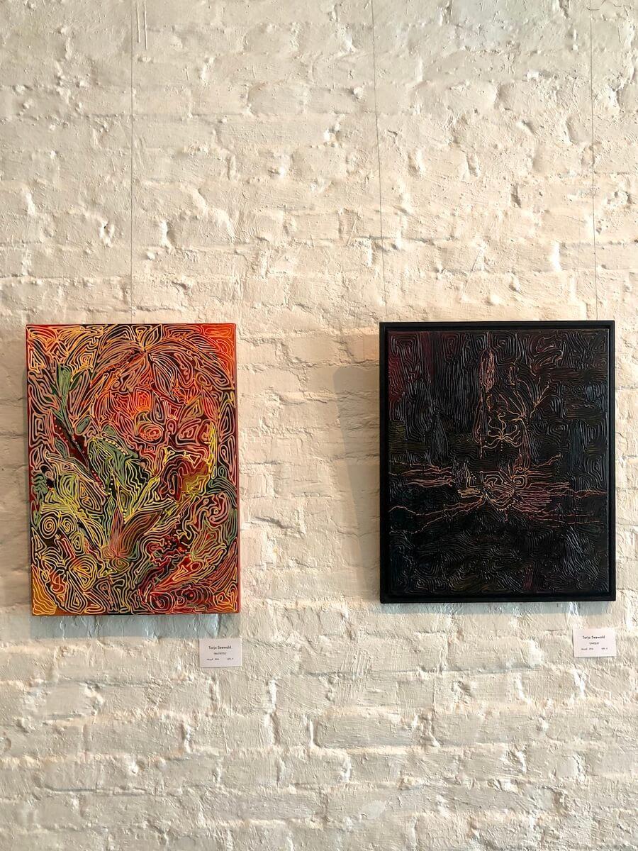 Kuvassa vasemmassa reunassa värikkäämpi 'Fruttetto' jonka värit ovat selkeästi kirkkaammat kuin oikealla puolella olevan 'Unique' teoksen värit.